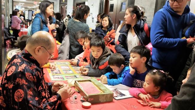 麵糰在師傅手中捏弄成花鳥小動物,大受孩童喜愛。(記者唐嘉麗/攝影)