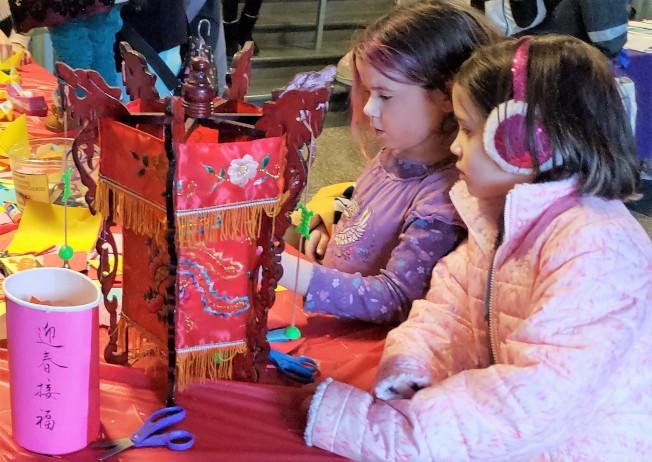 華洋小女孩對繡花燈籠好奇又喜愛。(記者唐嘉麗/攝影)
