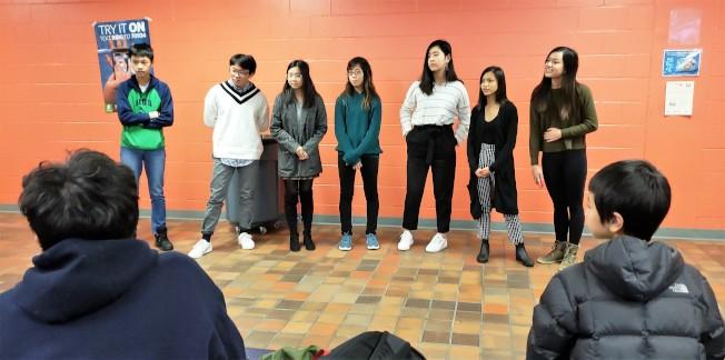 七名來自摩頓和波士頓拉丁高中的學生談論「亞裔刻板印象」的自身經驗。(記者唐嘉麗/攝影)