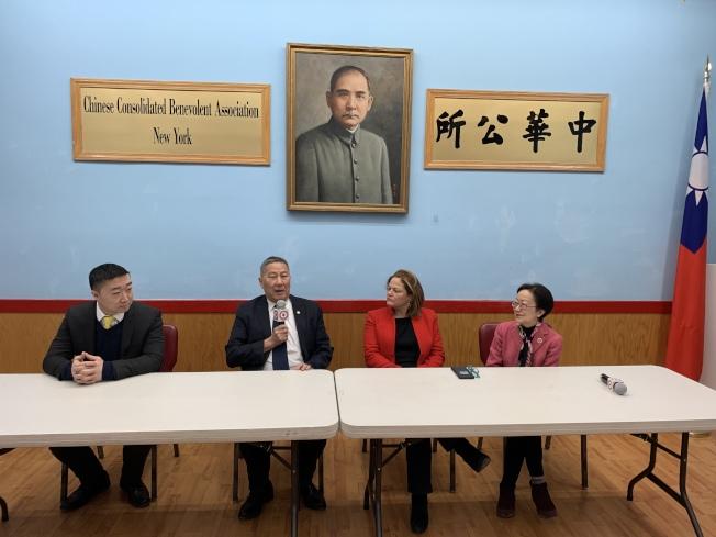 紐約市公益維護人參選人、前市議長馬麗桃(右二)31日拜訪紐約中華公所,就華裔社區關心的議題交換意見。(記者和釗宇/攝影)