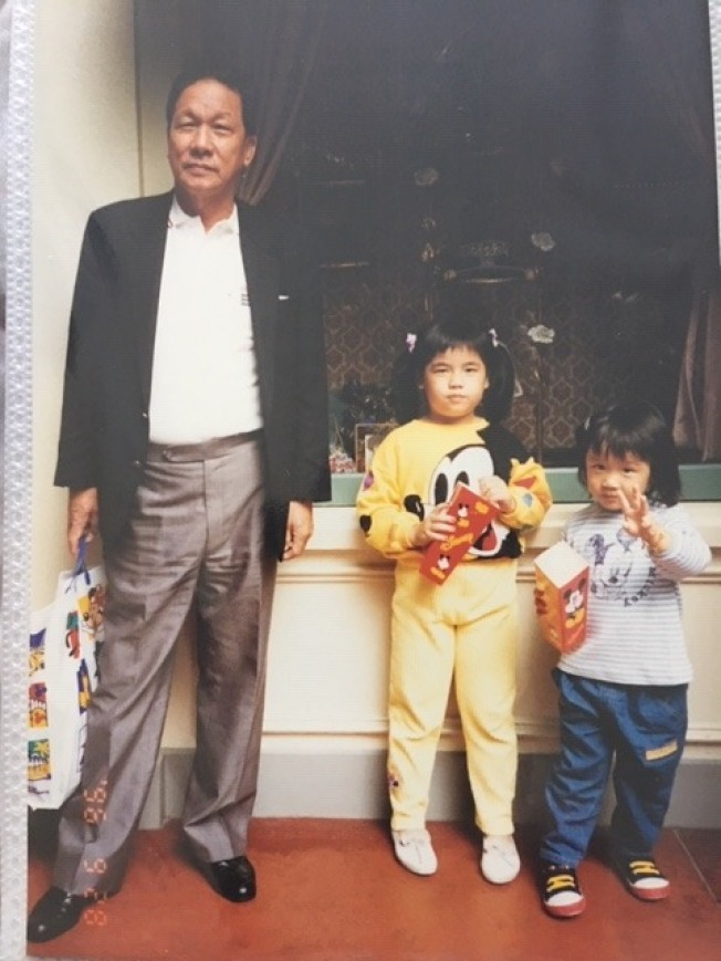 阿公與兩個孫女。