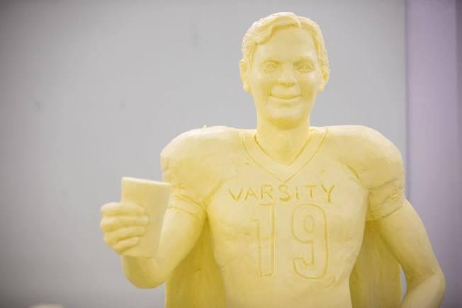 今年賓州農業博覽會的奶油雕像走「超級英雄風」,NFL選手也披上披風。(取材自臉書)