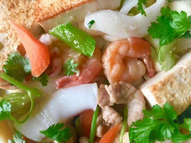 3.湯大滾再丟進海鮮菇、肉片、蝦仁、花枝,待再滾,即可調味勾芡。
