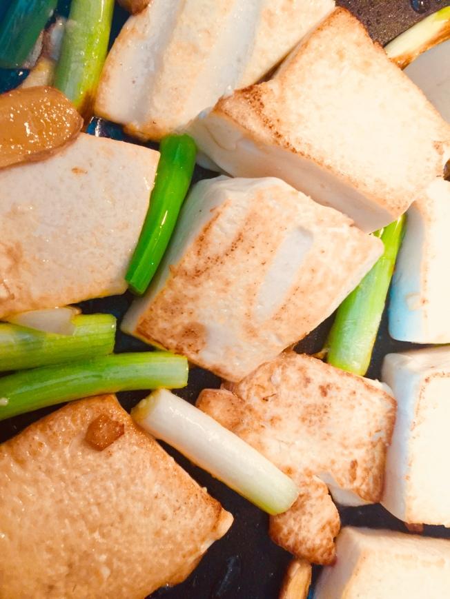 1.蔥薑爆香,豆腐切大塊放進鍋中煎至金黃。