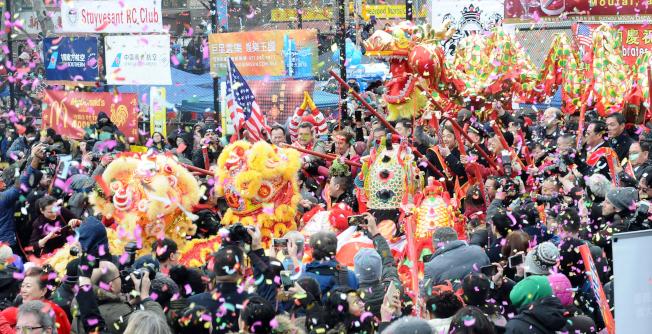 舞龍舞獅是春節遊行中的必有項目。(許振輝/攝影)