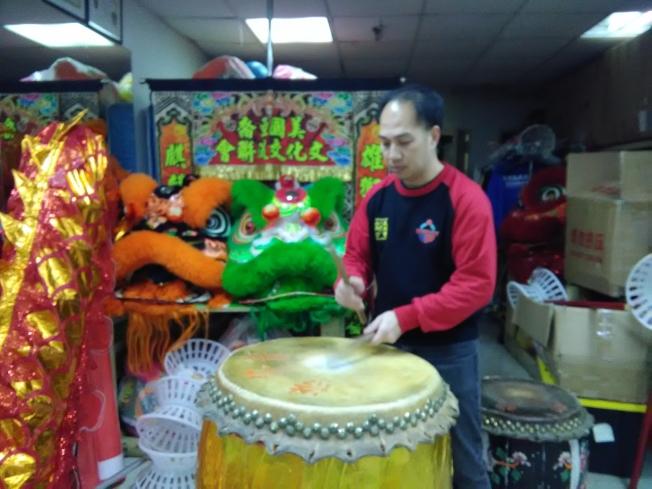 曾憲威說,舞龍舞獅是中華文化的一種,應該發揚光大。(韓傑/攝影)