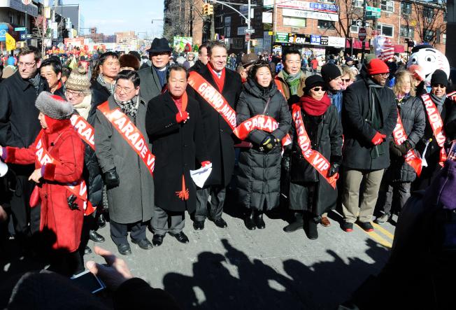 紐約州長葛謨(前排左四)和國會眾議員孟昭文(前排左五)參加法拉盛春節遊行。(許振輝/攝影)