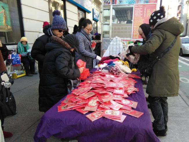 美國華人仍然保留著發紅包的習慣。圖為曼哈頓唐人街路邊的紅包攤。(韓傑/攝影)