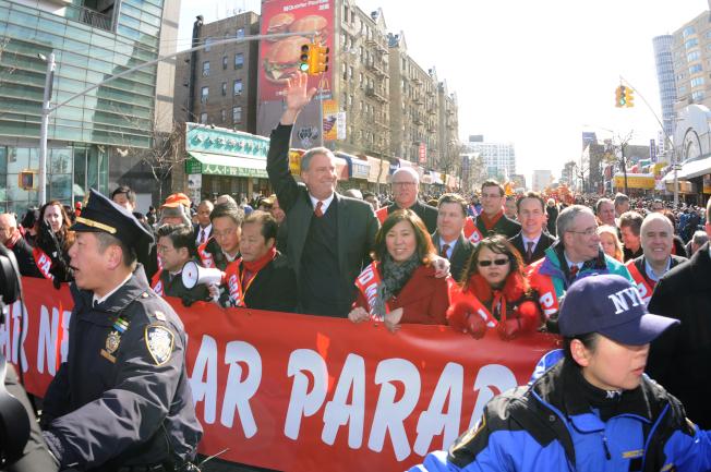 紐約市長白思豪和聯邦眾議員孟昭文參加法拉盛的春節遊行。(許振輝/攝影)