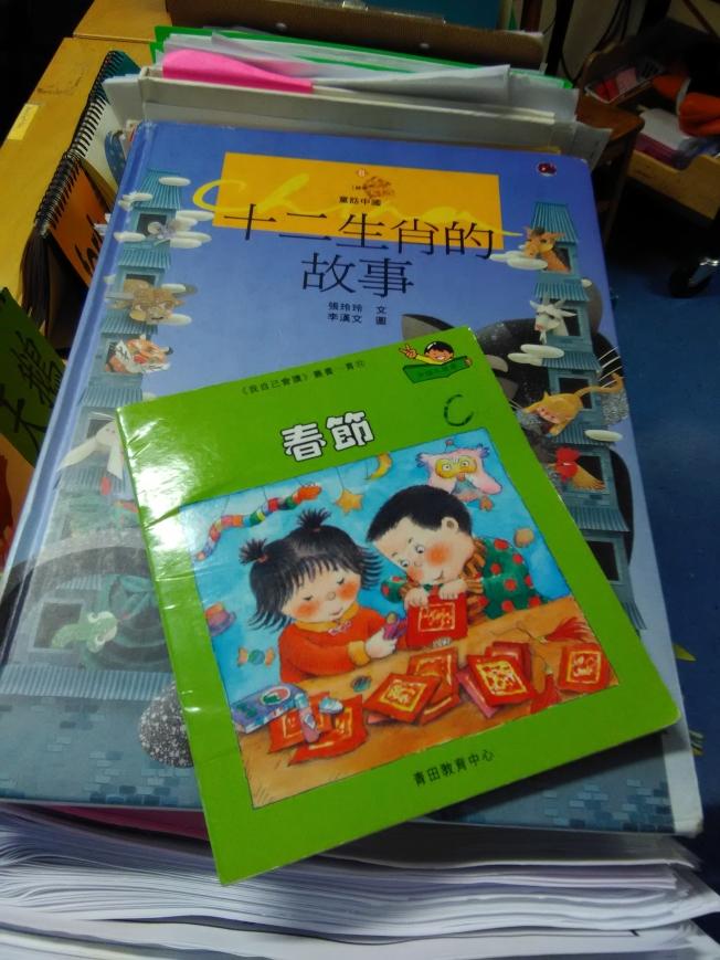 紐約市173小學雙語班用中文教材教授春節知識。(韓傑/攝影)