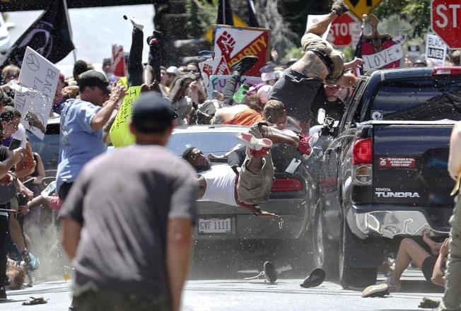 維吉尼亞州去年因白人至上團體及反種族歧視兩派人馬同時在夏洛茲維爾遊行,最後演變成暴力衝突,圖為一輛貨車衝進人群釀成死傷。(美聯社)