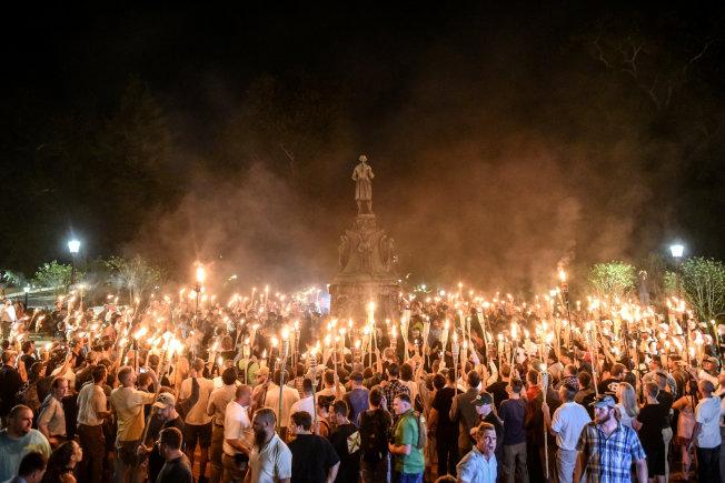 一群白人至上主義擁護者在維州夏洛茲維爾舉起火把示威。(路透)