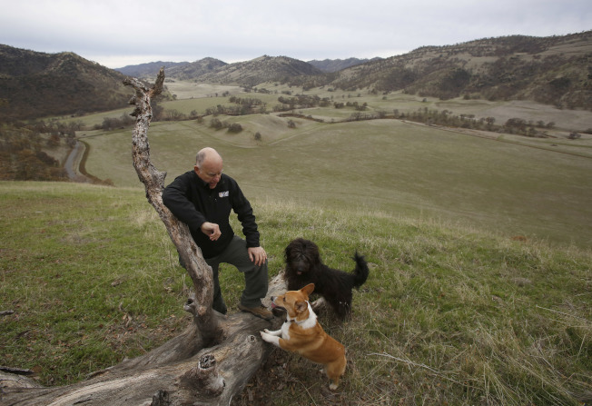 加州是寵物保險最大客源。圖為前州長布朗和他的愛犬。(美聯社)