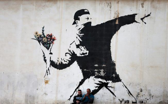 怒擲鮮花的人。(Getty Images)