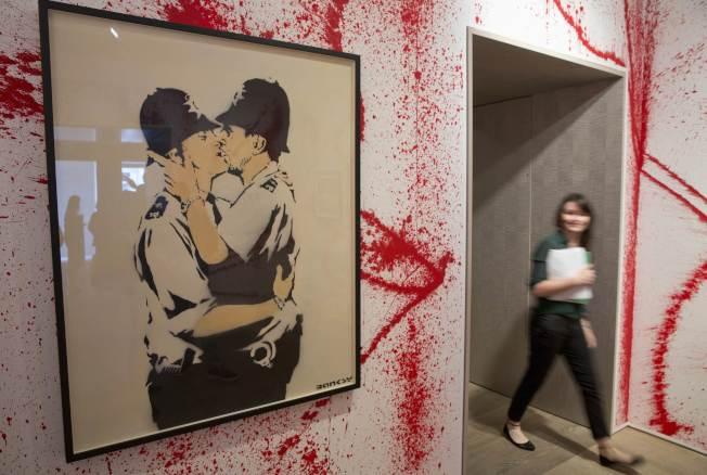 擁吻的警察。(路透)