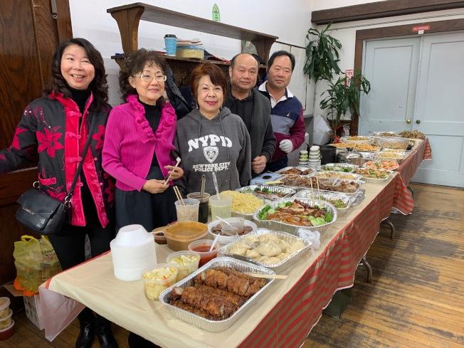民眾準備各色台灣美食,與現場逾150人慶新春佳節。(記者賴蕙榆/攝影)