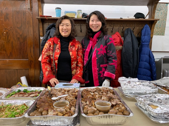 北美台灣屏東鄉親會準備豐盛的台灣美食,圖為屏東特色菜餚萬巒豬腳。(記者賴蕙榆/攝影)