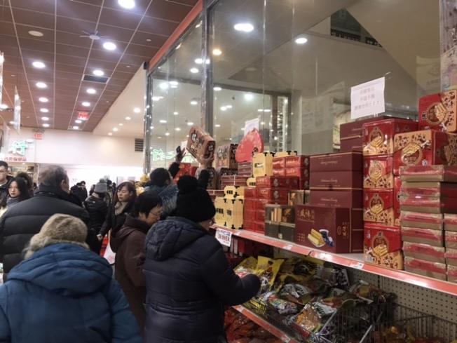 為了迎接即將到來的春節,華人超市的年貨雖然至少上調10%左右,但仍受民眾熱捧。(記者牟蘭/攝影)