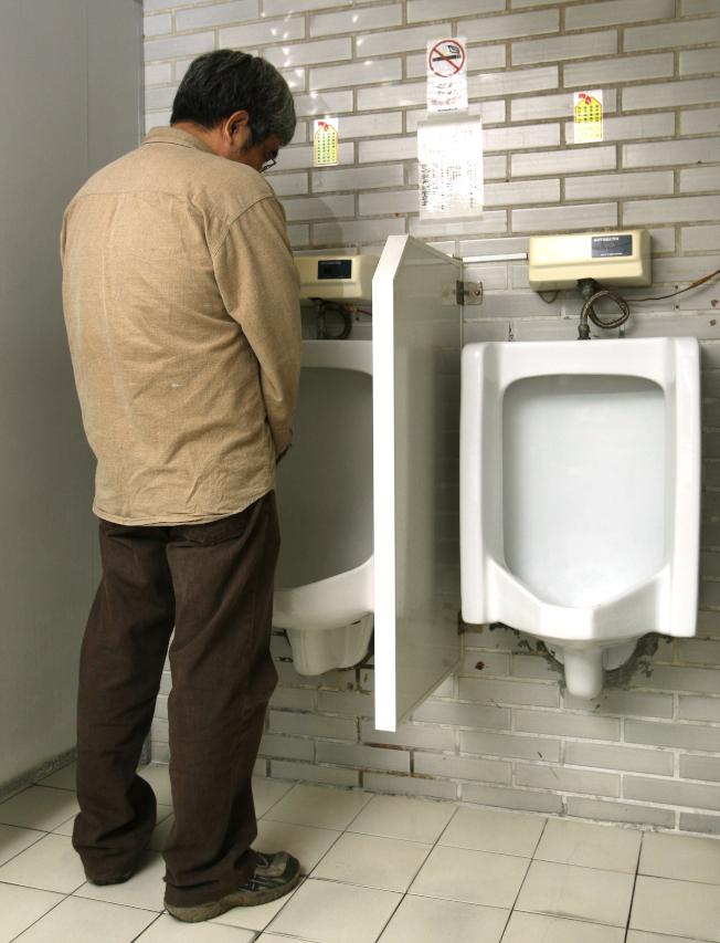 男性有排尿困擾時,應盡早至泌尿科進一步檢查。(本報資料照片)