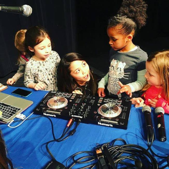 林金玲(中)希望帶動更多年輕女性成為音樂技師。(林金玲提供)