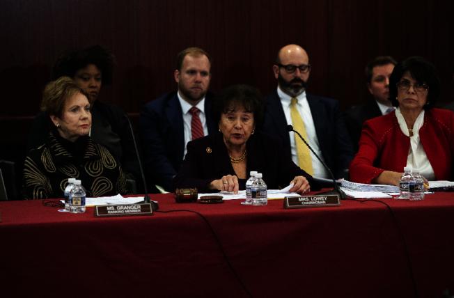 參眾兩院協商小組上月30日開會,民主黨眾院撥款委員會主席勞伊(紐約州,前中)拒絕編列川普總統要求的邊界築牆預算。(美聯社)