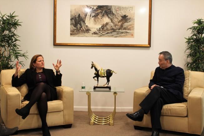 馬麗桃(左)暢談她的政見,右為張漢昇。(記者朱蕾/攝影)