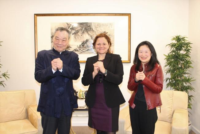 馬麗桃(中)拜訪世界日報,並和張漢昇(左)、李德怡(右)一起祝民眾新春快樂。(記者朱蕾/攝影)