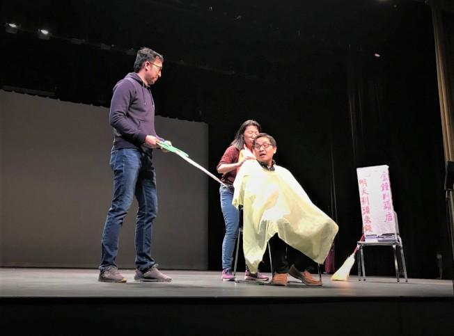 北卡台福教會會友用道地台語演出詼諧短劇「明天剃頭不用錢」。(記者王明心/攝影)
