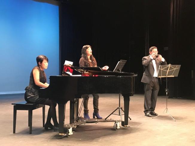 黃美玲(中)演唱「河邊春夢」,陳妍君和陳智興以鋼琴和口琴伴奏。(記者王明心/攝影)