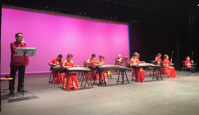 黃文慶(左一)唱「望春風」,由留莎音樂教室的親子團隊以國樂伴奏。(記者王明心/攝影)