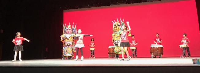 台藝會青少年團隊的「電音三太子鼓隊」歡喜開場。(記者王明心/攝影)