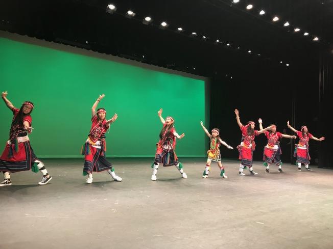 台灣留學生和中文學校學生合作演出原住民舞蹈。(記者王明心/攝影)