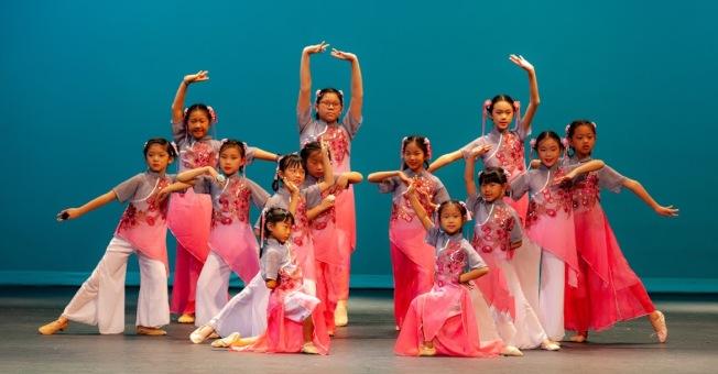 福爾摩沙兒童舞蹈團的民俗舞蹈「甜蜜蜜」。(陳士恆提供)
