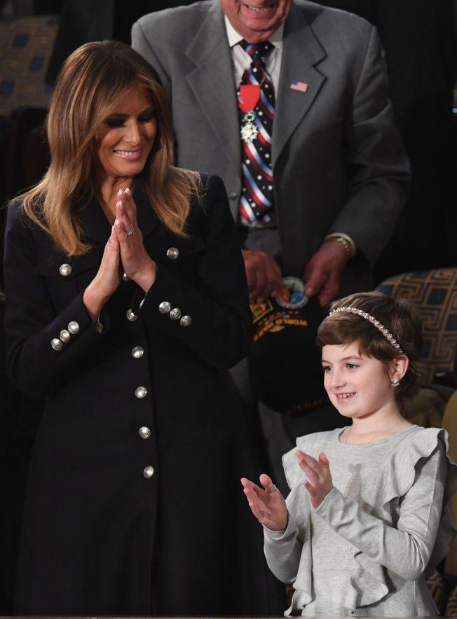 川普總統發表國情咨文,介紹到抗癌小勇士易蘭(右)時,第一夫人梅蘭妮亞(左)起立為她鼓掌。易蘭獲得不分黨派人士起立的掌聲持久不墜,顯示川普企圖營造「團結」有共識的場面。(Getty Images)