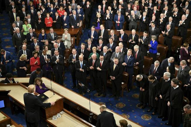 川普總統5日晚終於在眾院向參院兩院議員發表2019年國情咨文 。(Getty Images)