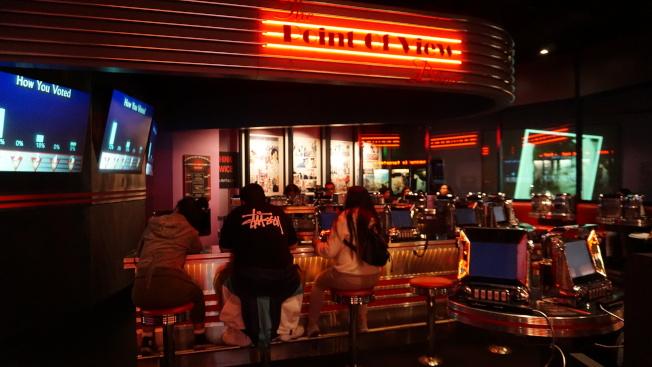 寬容博物館內一角擺設為「觀點餐廳」(The Point of View Diner)。這個餐廳不供餐,而是透過互動裝置,讓觀眾感受現實社會場景中的爭議話題。中央社