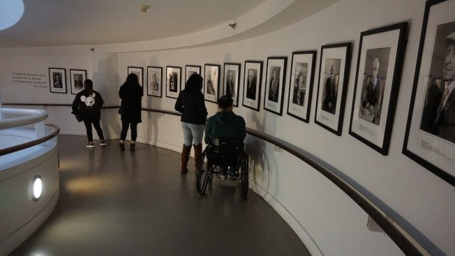 寬容博物館的入口處是螺旋向下的迴廊,牆上懸掛一幅一幅大屠殺倖存者的照片,講述他們如何逃過屠殺,以及活下來之後的人生觀。 中央社