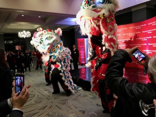 香港經貿處洛杉磯春節酒會,舞獅慶祝農曆豬年。(記者丁曙/攝影)