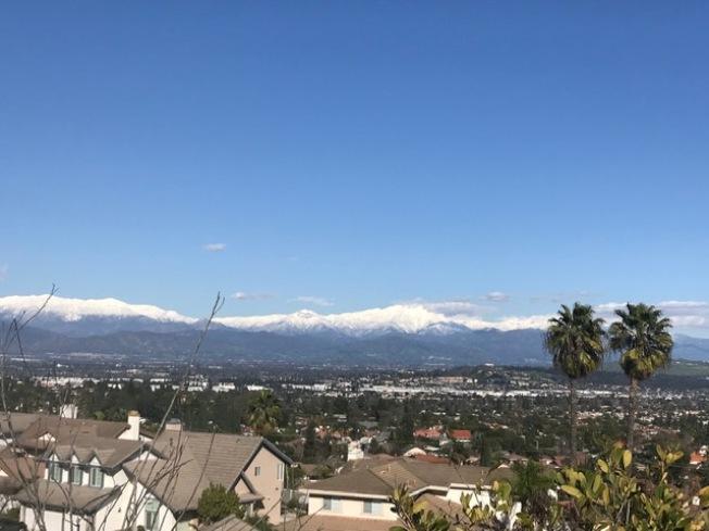 從哈岡住宅區看到的連綿雪山。(昭玉提供)