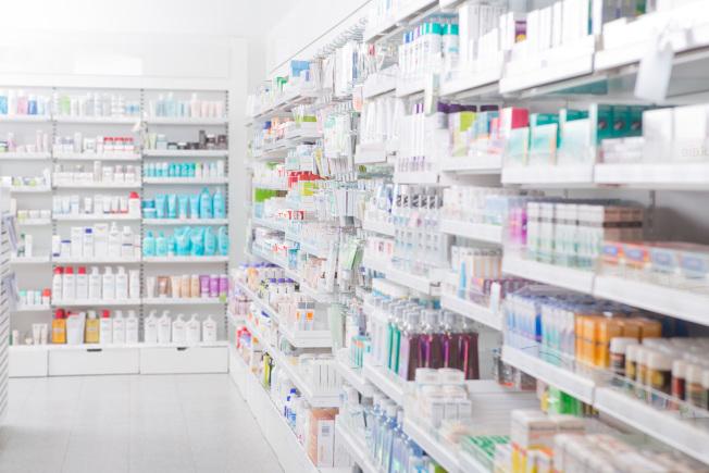 美國藥價高昂,川普政府說要壓低藥價,圖為一家藥房陳列的藥品。(INS)