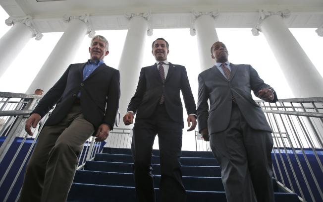 維吉尼亞州長諾譚(中)、副州長費爾法克斯(右)及州檢察長賀林(左)三人先後傳出醜聞,圖為三人在2018年1月走下州議會樓梯。(美聯社)
