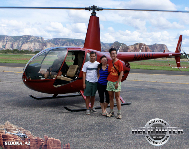 Jared Eng(左)與母親和兄弟一起旅遊時的合影。(取自Chin臉書)
