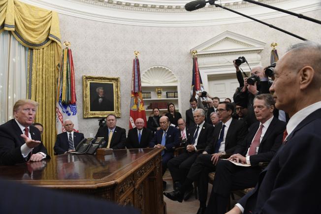 美國貿易代表賴海哲(右二)和財政部長米努勤(右三)下周將赴北京談判,與中國副總理劉鶴(右)再次協商解決美中貿易爭執。圖為上周川普總統在白宮接見劉鶴。(美聯社)
