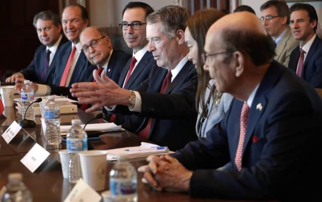 美國貿易代表賴海哲(中,舉手者)和財政部長米努勤(左四)下周將赴北京談判,協商解決美中貿易爭執。(Getty Images)