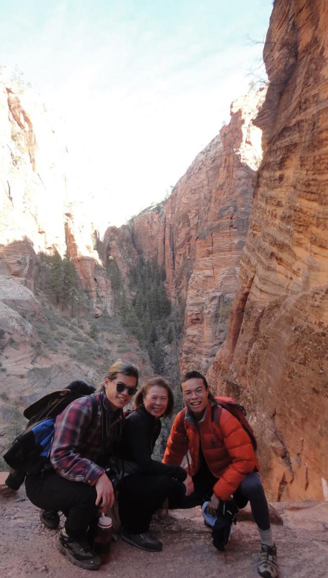 陳寶拉與兩個兒子在錫安國家公園旅行,左為Jared Eng。(取自Chin臉書)