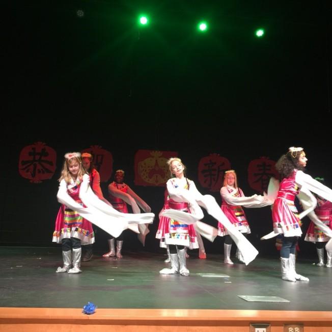 三年級生表演舞蹈「土家風情」。(記者林麗雪/攝影)