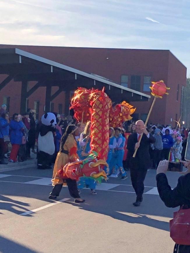 校長邦茲領導學生舞龍,揭開了豬年春節遊行聯歡會。(記者林麗雪/攝影)