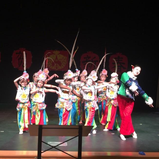 二年級生在舞蹈老師陳易好的領隊下表演舞蹈「花旦俏」。(記者林麗雪/攝影)