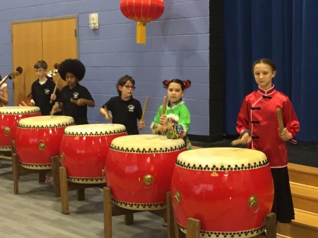 由許容婕老師訓練的學生擊鼓表演。(記者林麗雪/攝影)