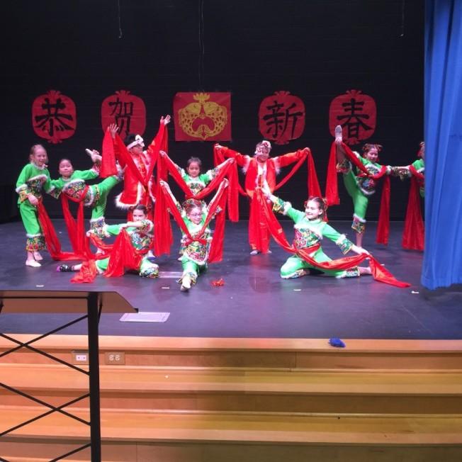 「黃土情」舞蹈,小朋友熱情演出。(記者林麗雪/攝影)